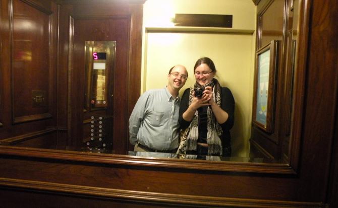 وضع مرايا داخل المصعد يجعل الناس لا يشعرون بوقت الانتظار وينشغلون بالنظر لأنفسهم فيها